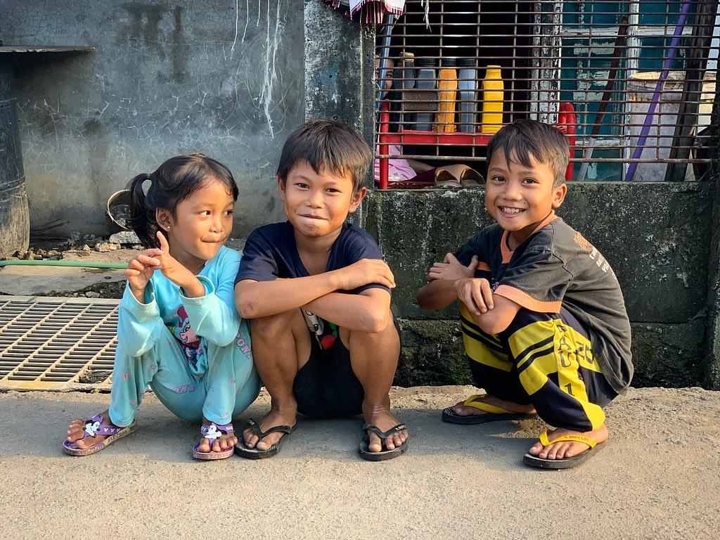 Enfants dans les rues de Kampung Sawah (mars 2020)  - © Romain Mailliu