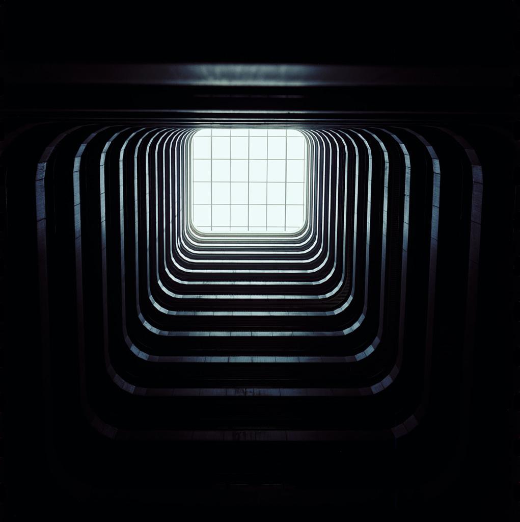 Fenêtre lumineuse entourée d'obscurité