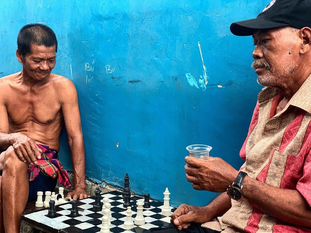 Joueurs d'échec sur fond bleu