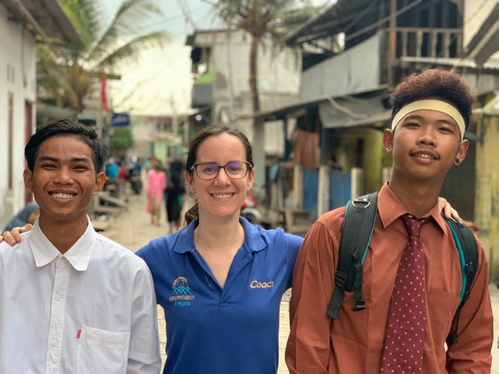 Sarah accompagnée de Ramdani Akbar et Taufan Alamsyah, des jeunes du programme LP4Y - © Romain Mailliu