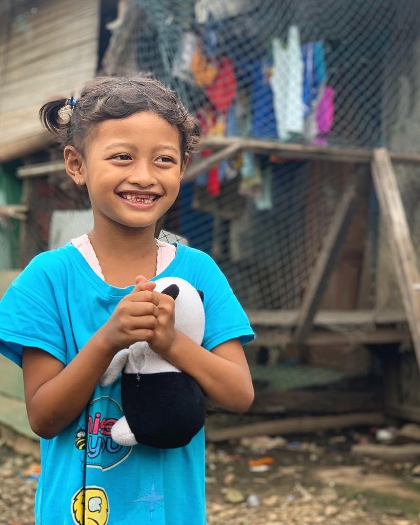 Petite fille résidante à Kampung Sawah (Avril 2020) - © Romain Mailliu