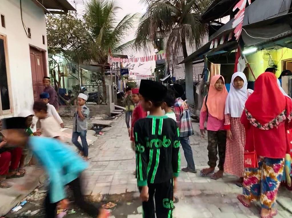 Enfant marchant dans la rue du bidonville
